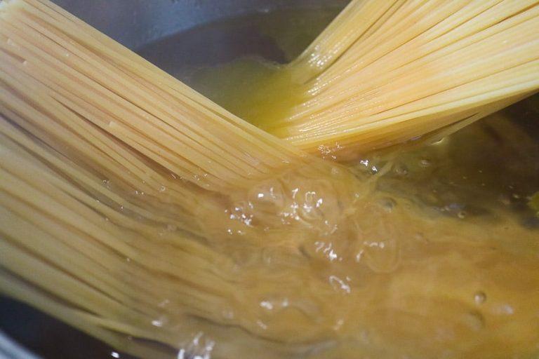 Spaghetti beim Kochen in einem Topf