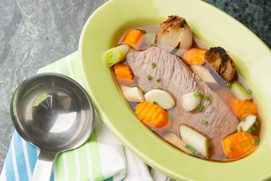 Tafelspitz mit Suppe und Gemüse angerichtet.