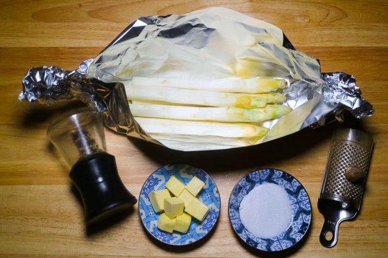Zutaten für Spargel in der Alufolie im Backofen zubereiten.