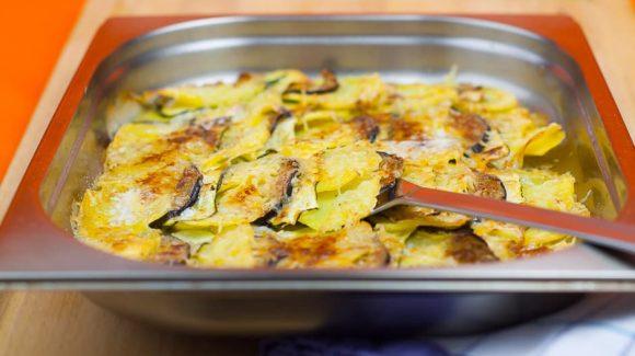 Kartoffelauflauf in der Auflaufform geagrt. Rezept Bild.