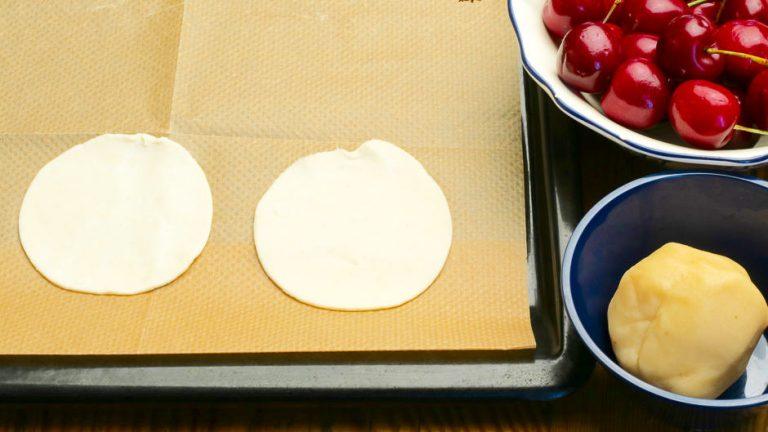 Blätterteig für Kirschkuchen vorbereiten.