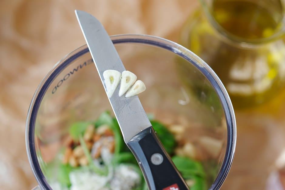 Knoblauch zum Pesto geben, so wird das Pesto lecker!