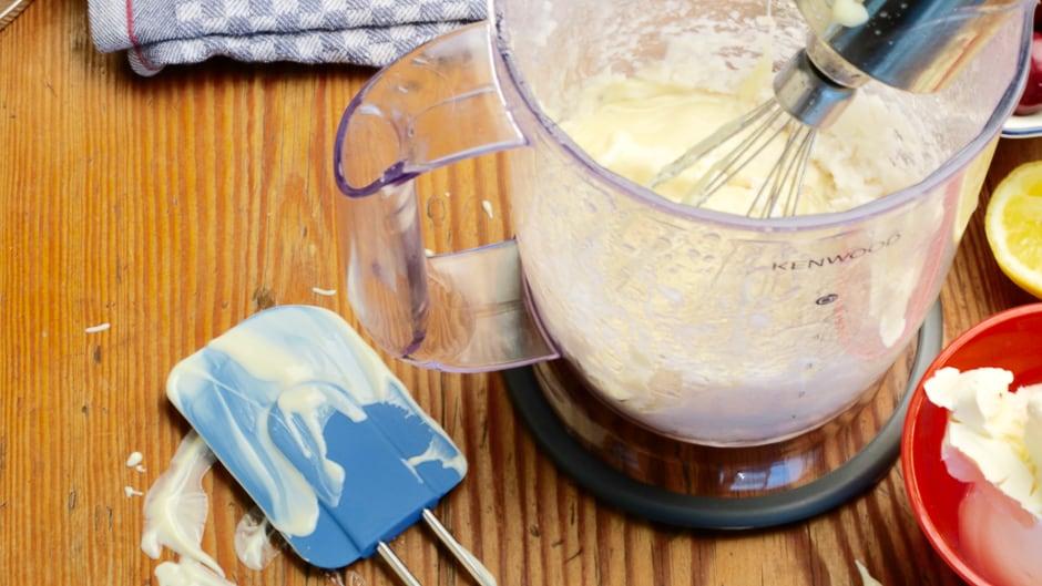 Schokolade zur Schokoladencreme geben und Verrühren.