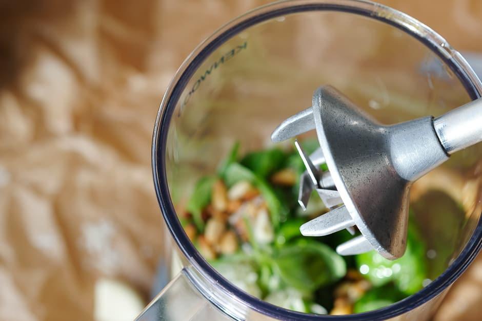 Mit dem Stabmixer geht die Basilikumpesto zubereitung schnell. alle Zutaten im Mixbecher zerkleinern. © Thomas Sixt Foodfotograf