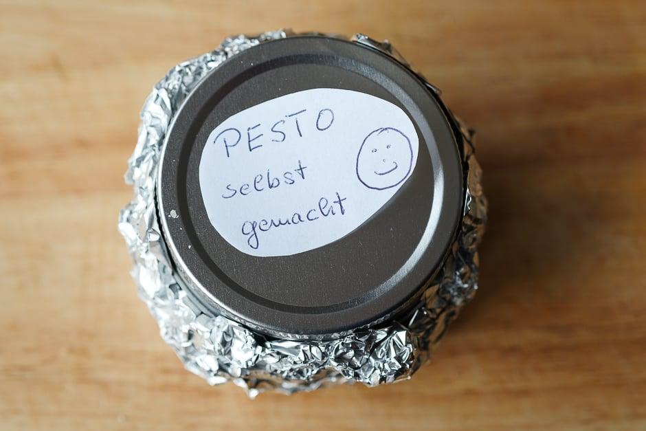 Pestoglas mit alufolie umwickelt, Pesto haltbar machen.