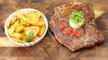 Steak mit Bratkartoffeln prächtigst angerichtetet. © Thomas sixt Foodfotograf.