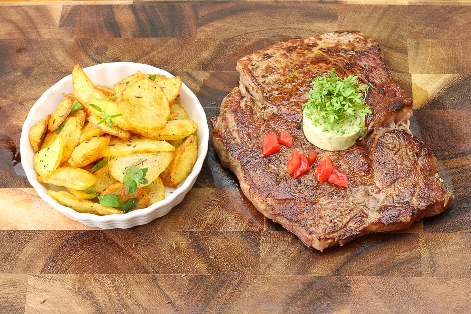 Steak roast properly – Rib Eye Steak with fried Potatoes perfectly prepare