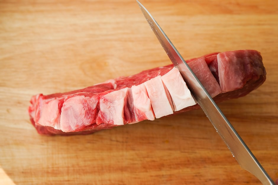 Cut the rib eye steak into the tendon.