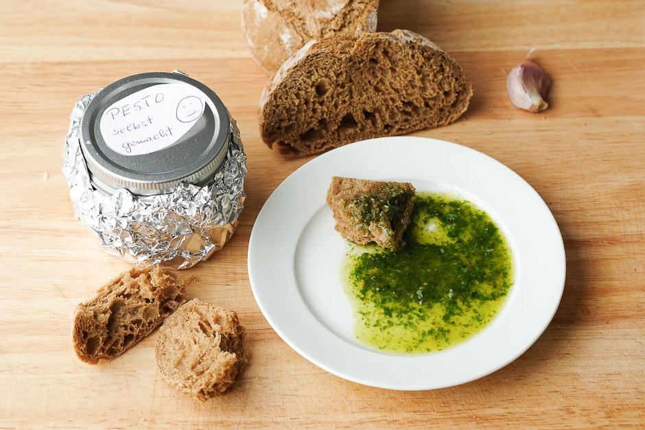 Pesto auf einem Teller mit Brot Servierbeispiel.