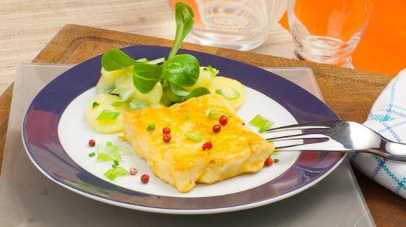 Dorsch im Eimantel angerichtet mit Kartoffelsalat und Feldsalat.