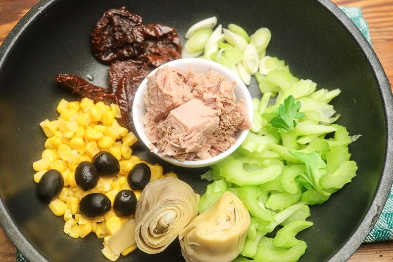 Nudelsalat Gemüse und Thunfisch vorbereitet.