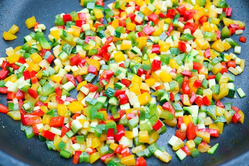 Gemüsewürfel beim Anbraten.