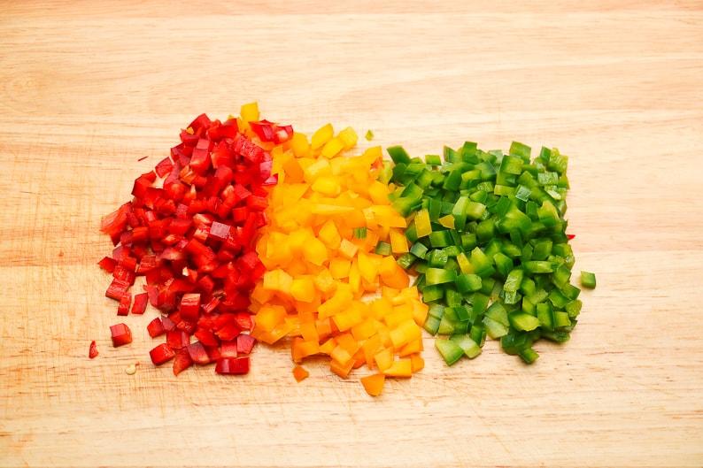 Gemüsewürfel Paprika für den Aufstrich mit thunfisch vorbereitet.