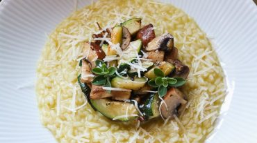 Gemüserisotto Rezept bild angerichtet auf einem weißen Teller.