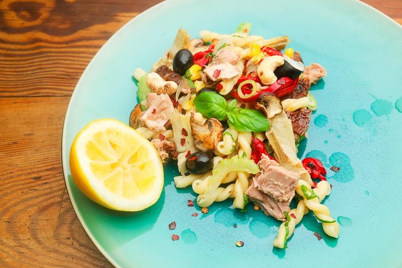 Nudelsalat Thunfisch und Vegan. Rezept Bild.