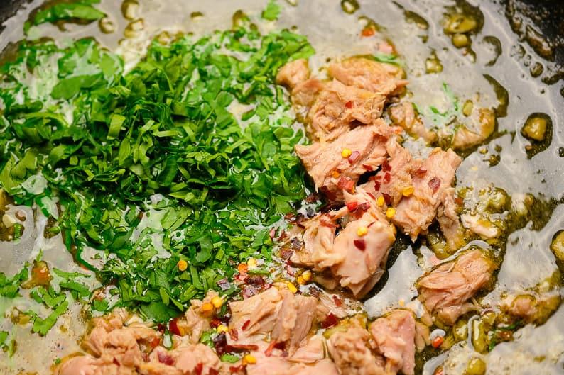 Thunfisch Soße beim Zubereiten in der Pfanne Step Bild.