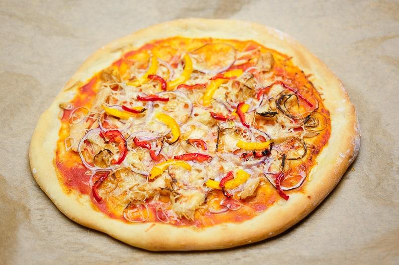 Frisch zubereitete Thunfischpizza auf dem Backbelch.