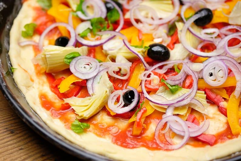 Pizza belegt vor dem Backen, Ideen für den Pizza Belag.