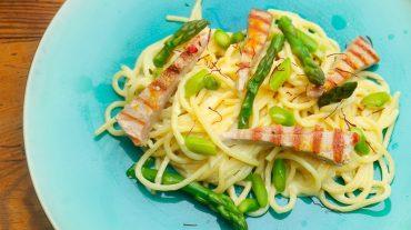 Spaghetti Pasta mit Thunfisch und grüner Spargel dazu Sahnesauce und Safran.