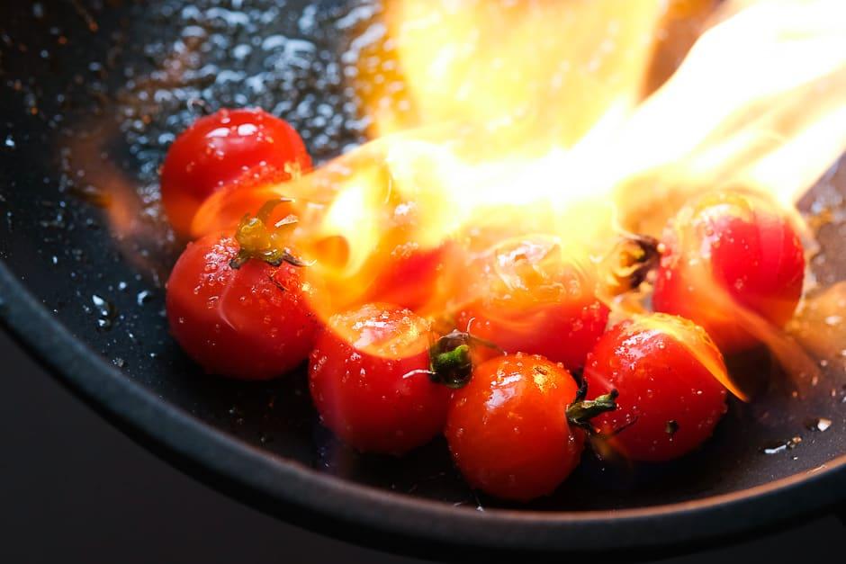 Tomaten am offenen Feuer karamellisieren.