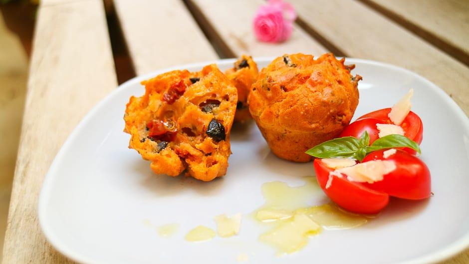 Herzhafte Muffins, ein Rezept mit Tomaten und Oliven