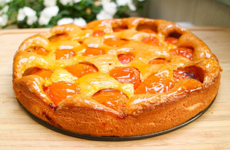 Aprikosenkuchen mit Aprikosenmarmelade bestrichen.