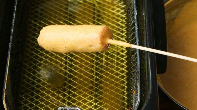 Würstchen mit Backteig ummantelt vor dem Frittieren.