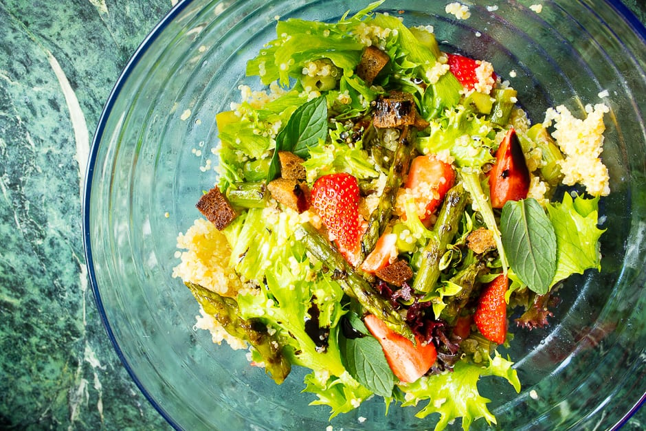 Couscous Salad with Mint, Asparagus and Strawberries – A Refreshing Summer Party Recipe