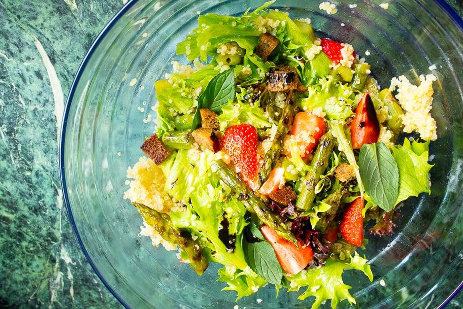 Couscous Salat mit Minze, Spargel und Erdbeeren – ein erfrischendes Sommerparty Rezept