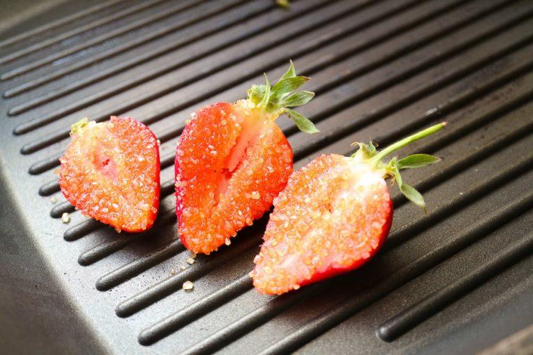 Erdbeeren Schnittfläche mit Zucker bestreuen.