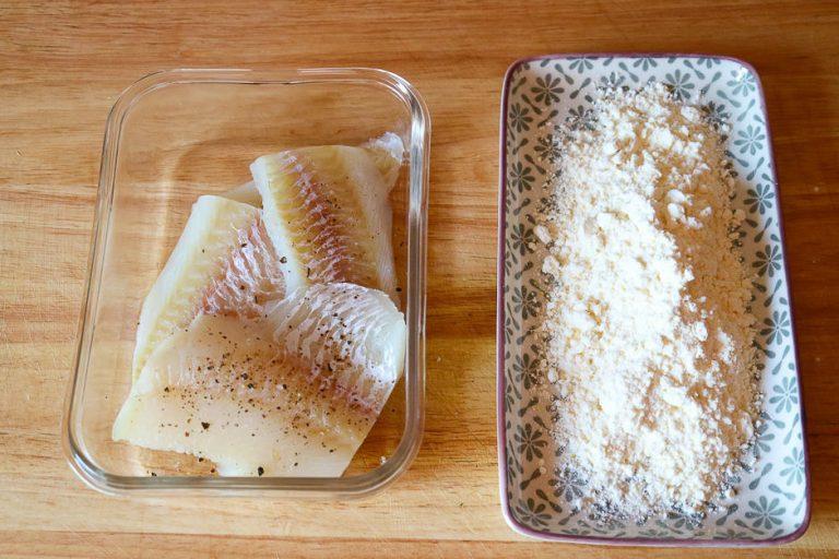Kabeljau zum braten vorbereiten, Fisch und Mehl vorbereitet.