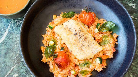 Kabeljau in der Pfanne gebraten angerichtet auf mediterranem Reis.