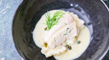 Fisch mit Senfsauce. Rotbarsch pochiert auf Kartoffepüree mit Kapern und Dill.