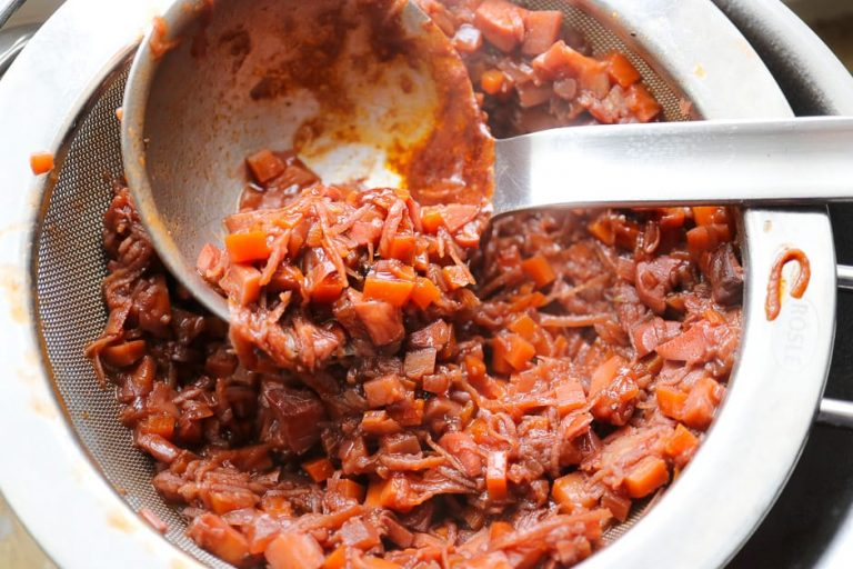 Vorbereitete Soße durch eine feines Sieb geben. Kochprofis nennen das passieren.