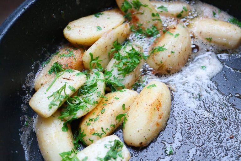 Petersilienkartoffeln in der Pfanne.