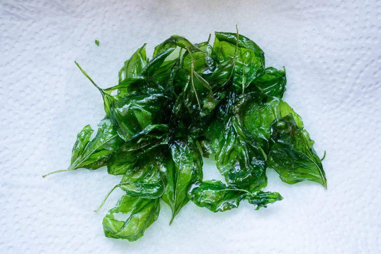 Knuspriger Basilikum, die blätter schmecken köstlich.