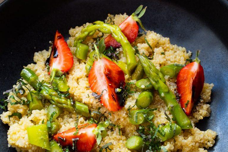 Quinoa Salat mit Erdbeeren und Spargel anrichten.