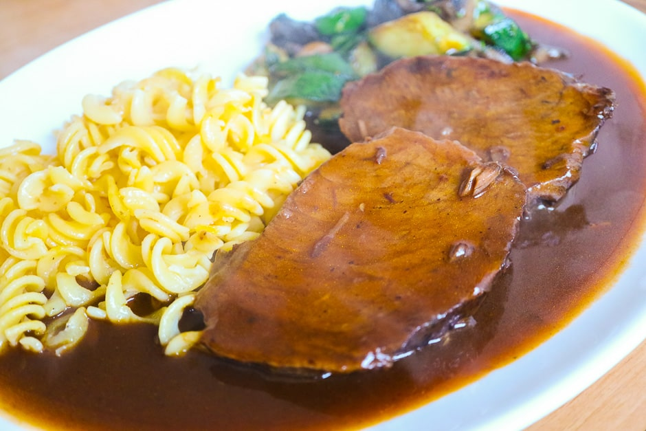 Arrange roast beef with sauce and garnish hot.