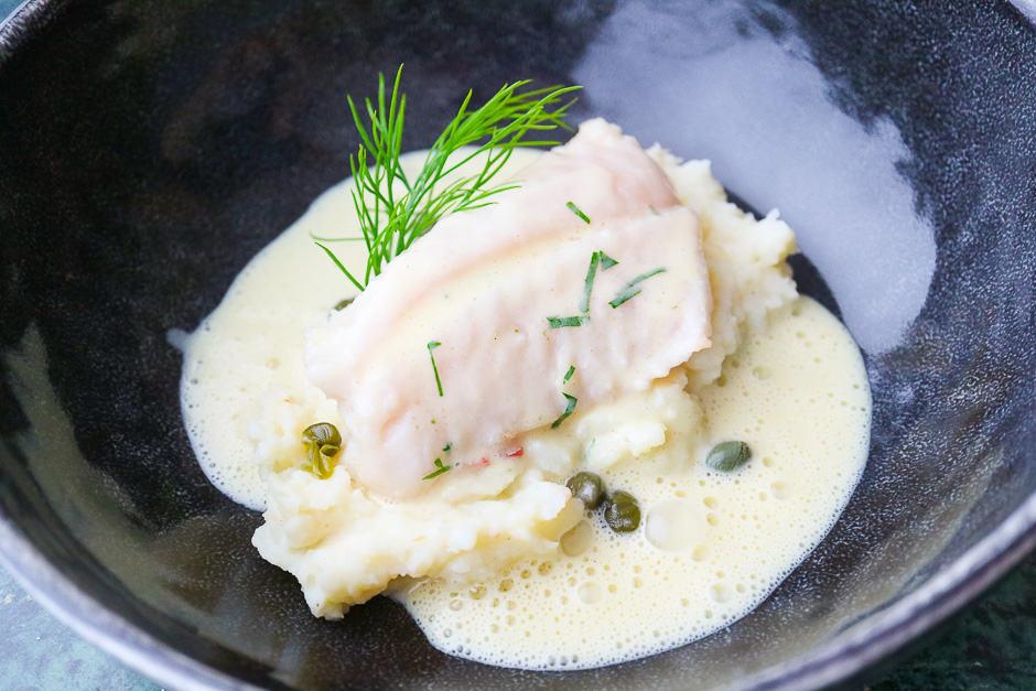 Senfsoße Rezept, hier ist die Soße mit dem pochierten Fisch auf Kartoffelpüree mit Kapern und Dill angerichtet.