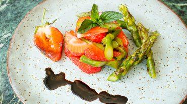 Spargelsalat mit Erdbeeren angerichtet mit Balsamico Glace, das ist eingekochter und stark reduzierter Balsamico.