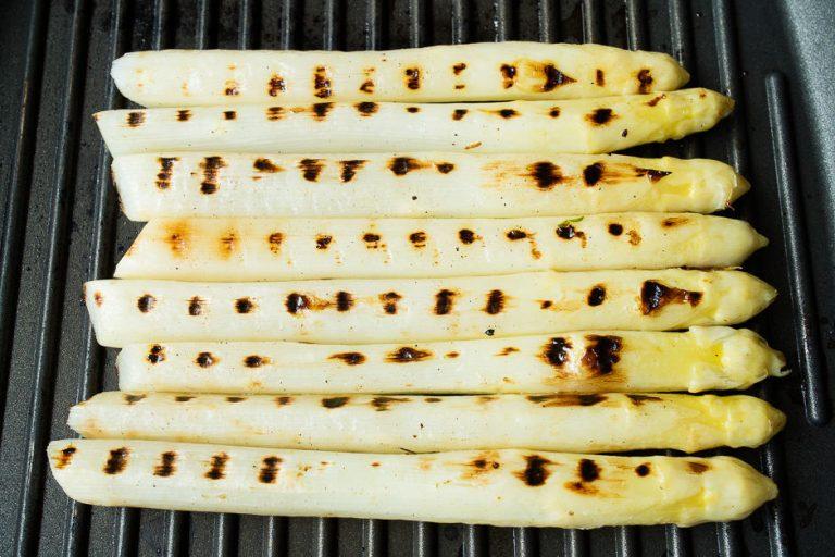 Spargel mit typischem Muster, der gegrillte Spargel in der Pfanne.