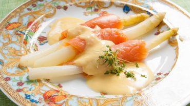 weißer spargel mit räucherlachs angerichtet mit Sauce Hollandaise.