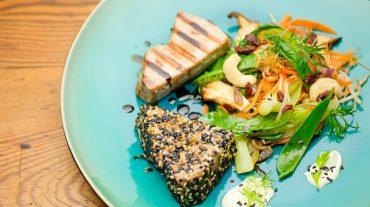 Thunfisch natur gebraten und in Sesampanade angerichtet mit Gemüsessalat und Wasabicreme