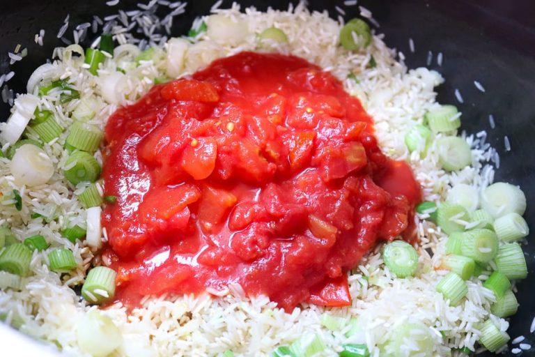 Stückige Tomaten zum Reis geben.