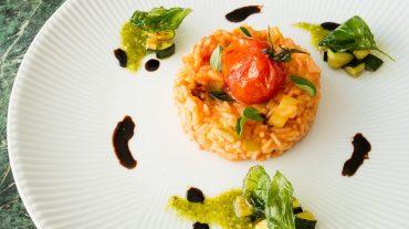 Tomatenreis angerichtet als vegetarisches Hauptgericht.