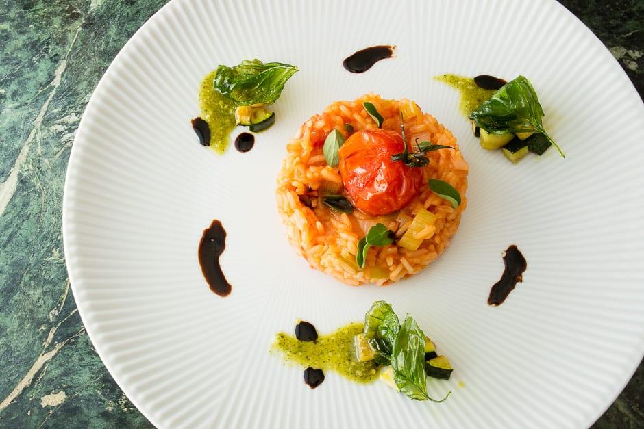 Reis mit Tomaten angerichtet, von oben fotografiert.