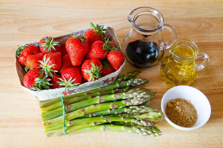 Zutaten Spargel, Erdbeeren, Balsamico, Zucker. Jetzt wird Spargel-Erdbeersalat zubereitet.
