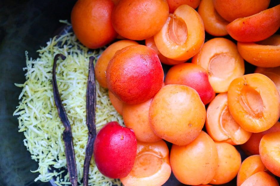 Aprikosen mit Zitronenabrieb und Vaninneschote