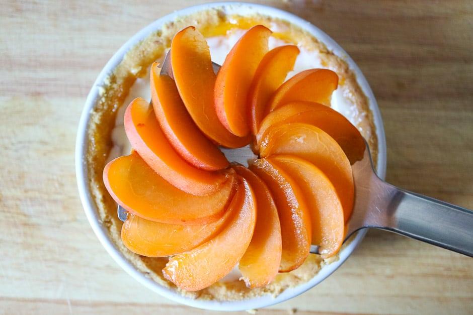 Früchte in den Tarte-Füllteig legen