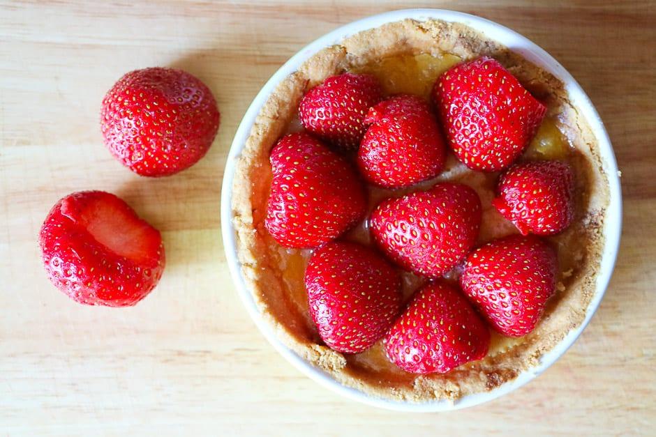 Erdbeeren roh auf die Tarte legen.